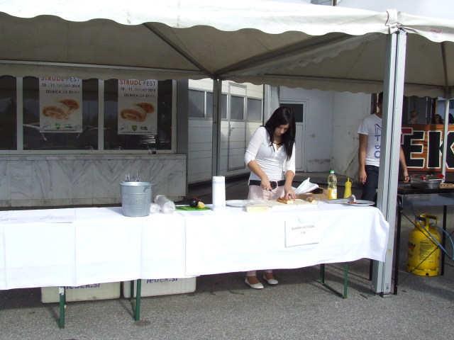 """Gostilna Pec je pripravila izviren selniški """"hot dog"""". Vas zanima kaj je v nejm? Pridite naslednjič in poskusite!"""