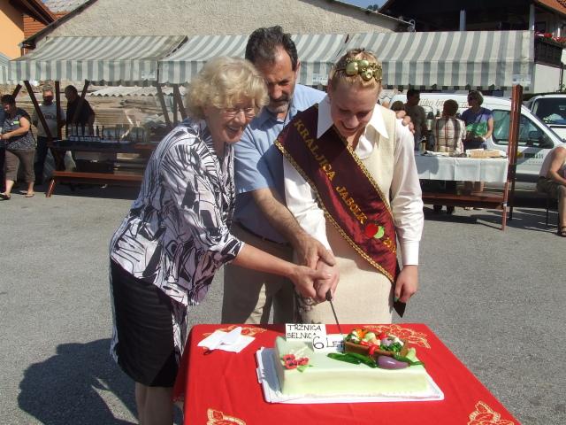 predsednica TD, Kraljica jabolk in župan so prerezali torto3