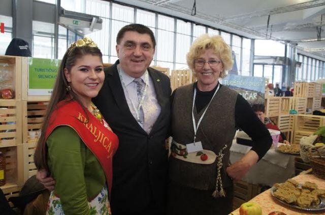 10. kraljic ajabolk Taja Gril, predsednik TZS Peter Misja in predsednica TD Selnica ob Dravi Ivanka Frešer